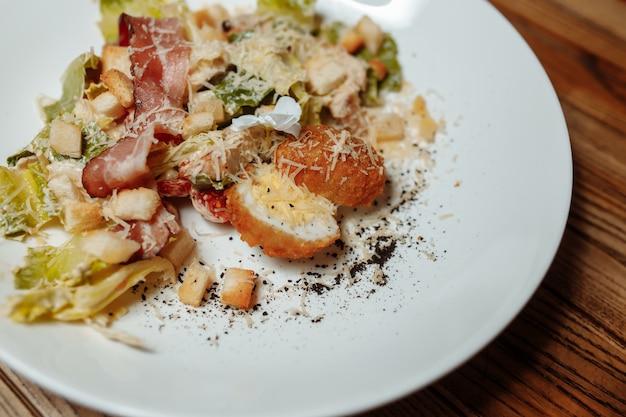 Salade césar au poulet, tomates cerises, laitue