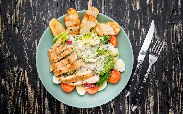 Salade césar au saumon et légumes frais. vue de dessus.