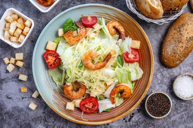 Salade césar aux crevettes avec farce de pain de laitue tomate cerise et parmesan