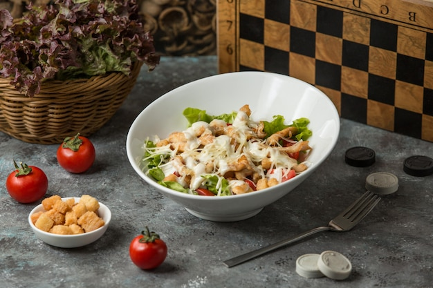 Salade césar aux crevettes sur la table