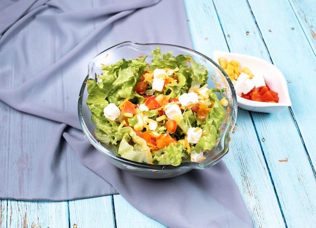 Salade césar aux feuilles de laitue et olives noires dans un bol en verre