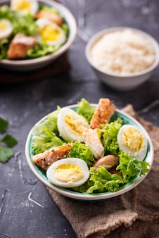 Salade césar aux œufs, poulet et parmesan
