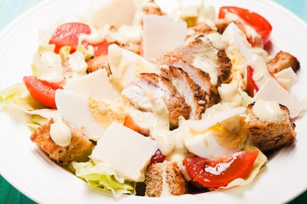 Salade césar dans une assiette