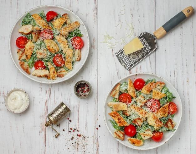 Salade césar en deux portions près d'épices