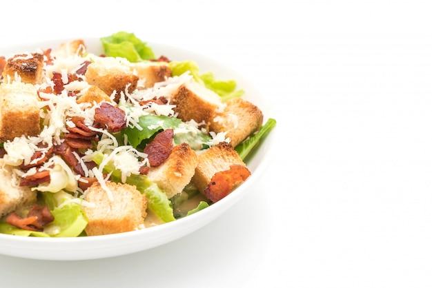 Salade césar sur fond blanc