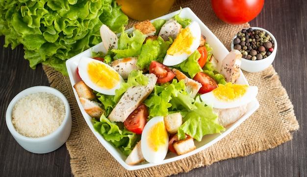Salade césar fraîche sur fond en bois