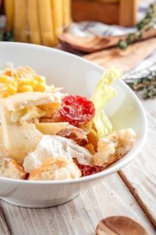 Salade césar gourmande au poulet et laitue iceberg