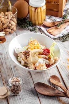 Salade césar gourmande avec laitue iceberg au poulet