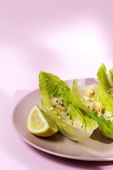 Salade césar maison avec poulet, laitue, citron, pain grillé, sauce césar, fromage et ail