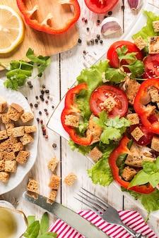 Salade césar sur une surface rustique avec des ingrédients