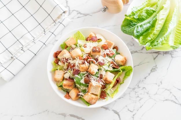 Salade césar sur la table