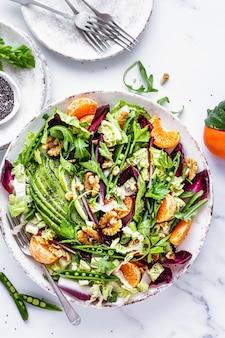 Salade de céto aux clémentines et aliments sains à l'avocat