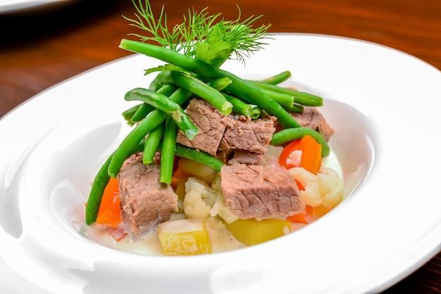 Salade chaude avec viande, légumes et haricots