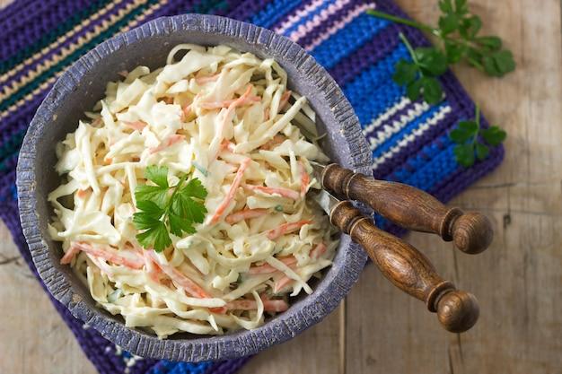 Salade de chou au chou et carottes avec vinaigrette mayonnaise.