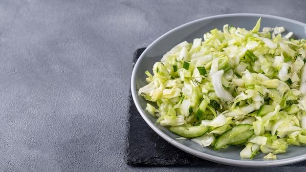 Salade de chou au concombre et fenouil.