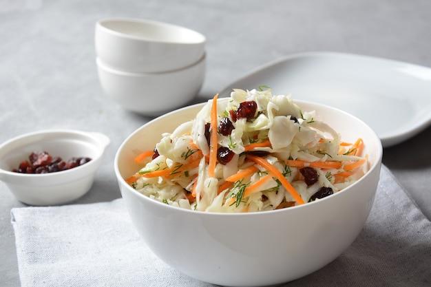 Salade de chou aux carottes, amandes fumées et canneberges séchées