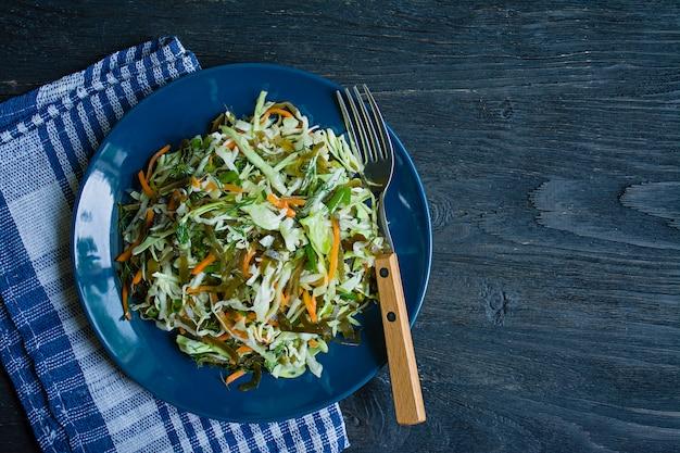 Salade de chou blanc, chou marin et carottes fraîches assaisonnées à l'huile d'olive