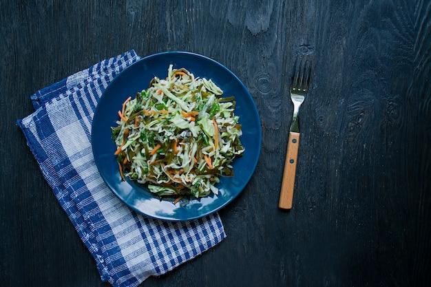 Salade de chou blanc, chou marin et carottes fraîches.
