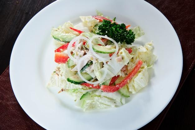 Salade de chou à la carotte, à l'aneth, à l'huile d'olive et aux graines de pavot
