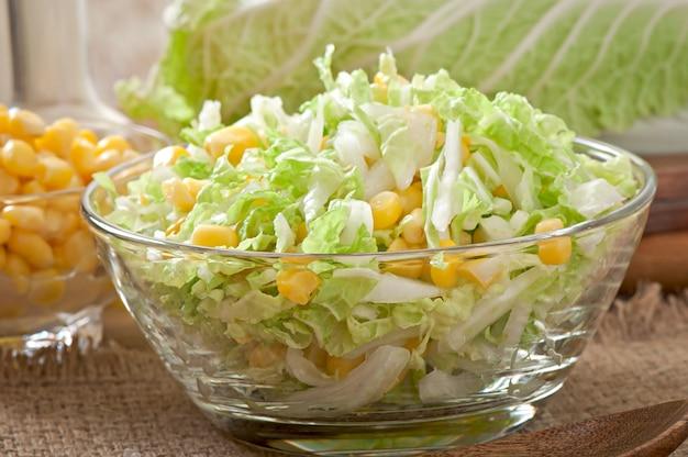 Salade de chou chinois au maïs sucré dans un bol en verre