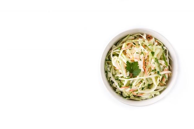 Salade de chou dans un bol blanc isolé sur fond blanc vue de dessus copie espace