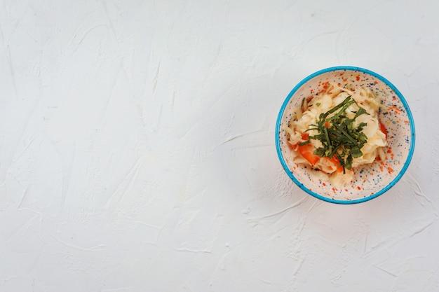 Salade de chou dans le bol coloré sur blanc. copiez l'espace.