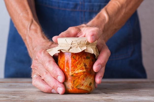 Salade de chou kimchi fermenté coréen fait maison nourriture végétalienne végétarienne conservée