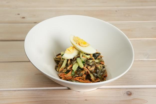 Salade de chou marin, carotte et oeuf