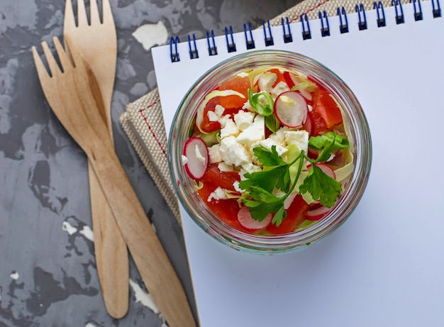 Salade de chou, radis et feta en pot