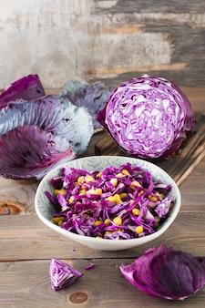Salade de chou rouge aux grains de maïs