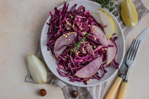 Salade de chou rouge aux poires et noisettes avec sauce citron et huile d'olive