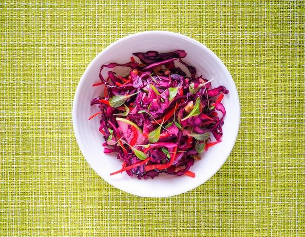 Salade de chou rouge aux pommes et noix de pécan pour le dîner de noël. plat végétarien.