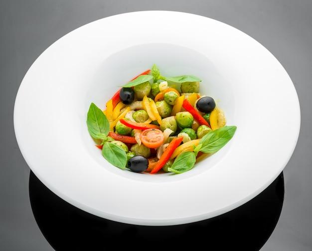 Salade de choux de bruxelles frits, paprika et olives