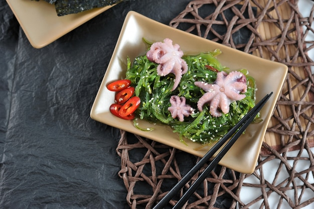 Salade de chuka au chou de mer, poulpe