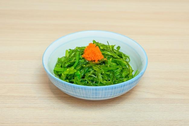 Salade de chuka wakame avec ebiko en tasse