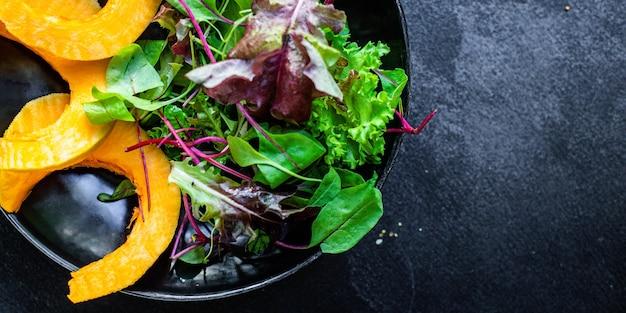 Salade de citrouille feuilles vertes mélanger la laitue légumes prêts à manger