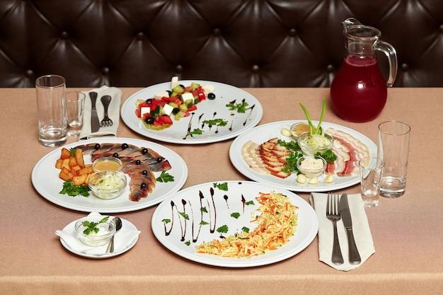 Salade et collations au restaurant servies pour deux personnes