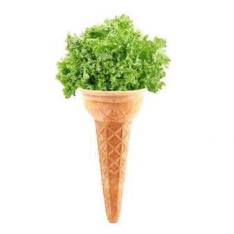 Salade comme une glace sur blanc