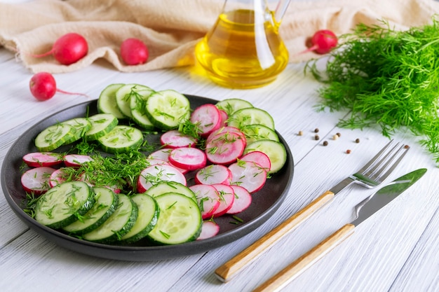 Salade de concombre et radis frais à l'aneth et à l'huile végétale. régime végétarien. diesta pour la perte de poids. alimentation saine. mise au point sélective.