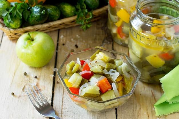 Salade de concombres marinés aux pommes et légumes pickle maison