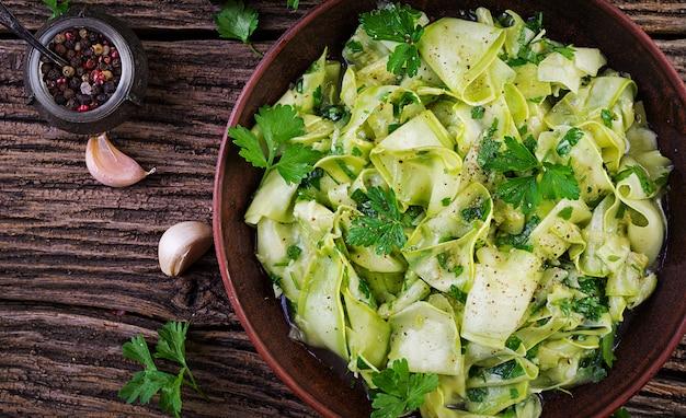 Salade de courgettes marinées aux épices