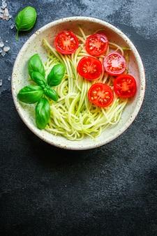 Salade de courgettes spaghetti tomate légumes