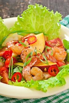 Salade de crevettes aux pêches, tomate, avocat et laitue