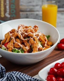 Salade de crevettes aux tomates et aux herbes vertes.