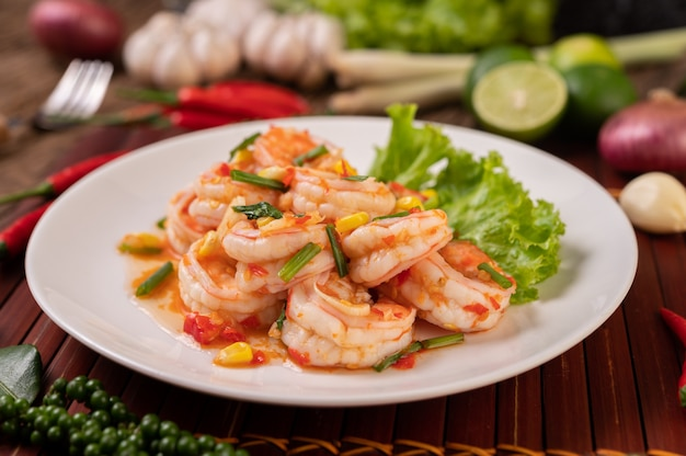 Salade de crevettes blanches avec laitue maïs et oignons verts, hachés