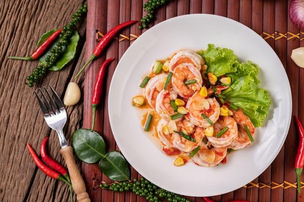 Salade de crevettes blanches avec laitue maïs et oignons verts