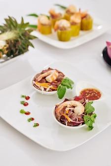Salade de crevettes cuites pour le dîner