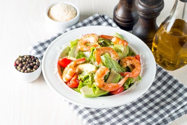 Salade de crevettes fraîches sur une table en bois