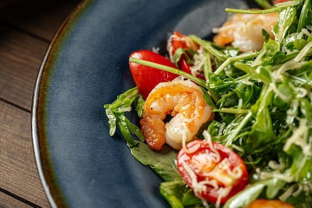 Salade de crevettes et roquette à la tomate et au parmesan