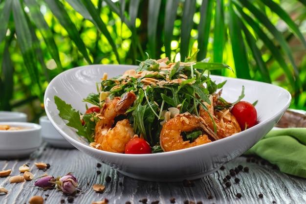 Salade de crevettes tomate roquette sauce aux arachides vue latérale